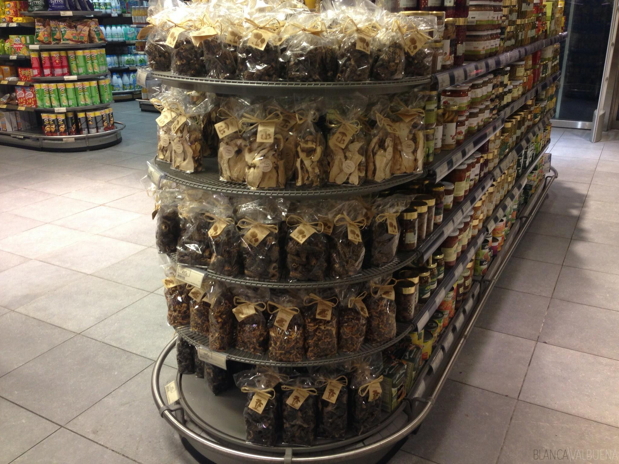 Ci sono tutti i tipi di funghi secchi in questo negozio a Parigi
