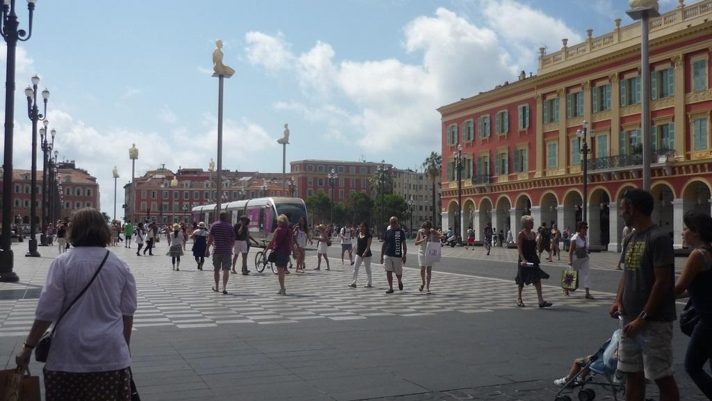 Tram in piazza a Nizza