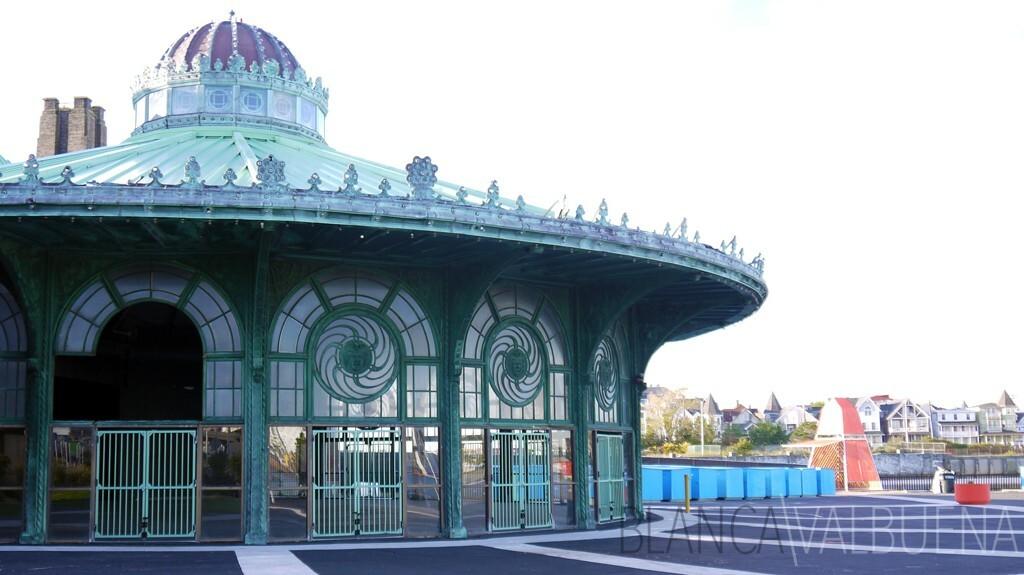 玻璃和铁建设的Asbury公园旋转木马