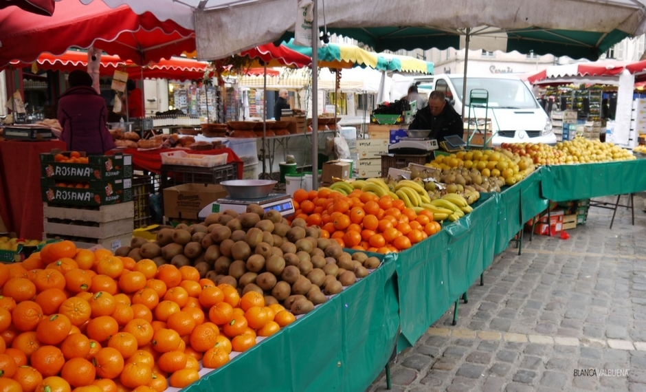 You can get oranges and bananas at the Beaune Farmer's market
