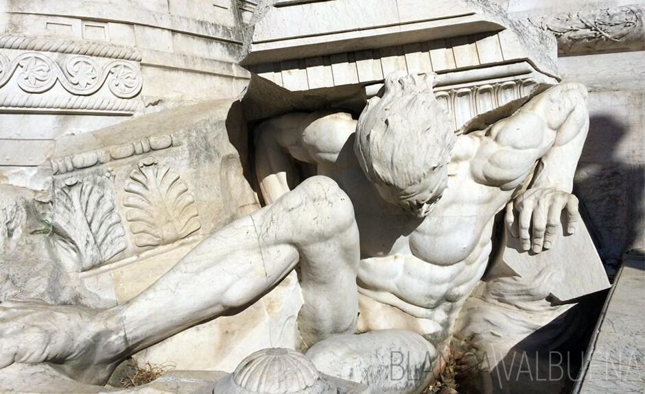 男性裸体举着列标志着Lisboetas的地震中挣扎