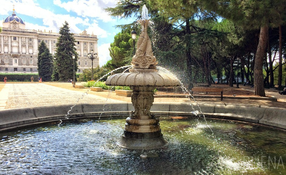 Fountain decorado com peixes nos jardins Sabatini em Madrid, Spain