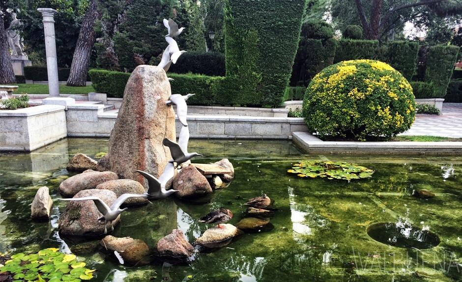 在雕塑公园雷蒂罗与真正的和雕刻鸟