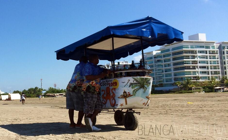 Las playas de Cartagena ha carros en movimiento de la barra donde se pueden comprar piñas coladas