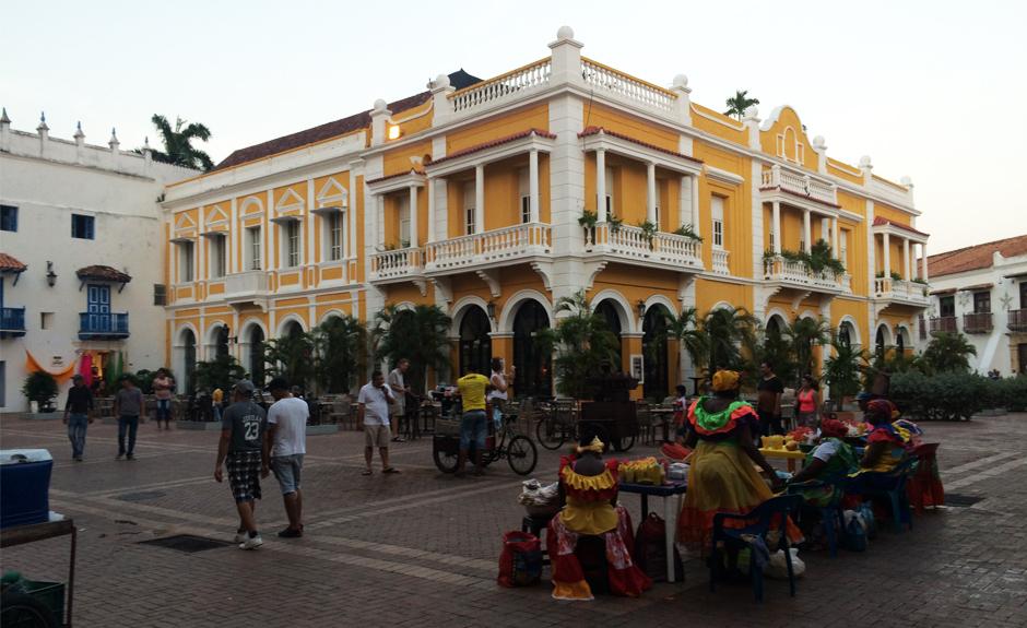 一个很好的地方找到Palenqueras在老城区卡塔赫纳是圣佩德罗·克拉维