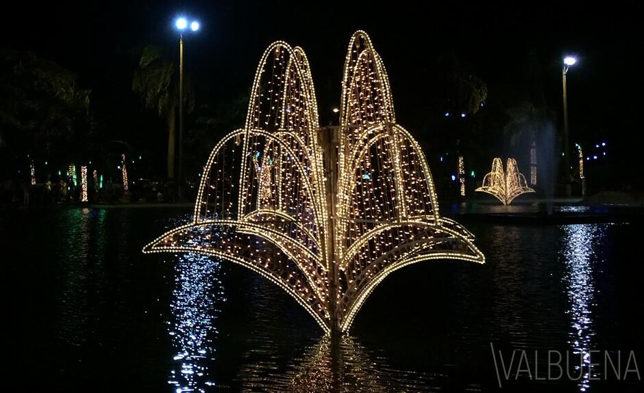El Parque de la Marina en Cartagena Colombia tiene muchos espejos de agua y esculturas militares