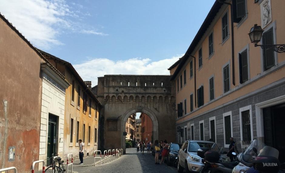 La Porta Settimiana conduce desde Trastevere a Roma