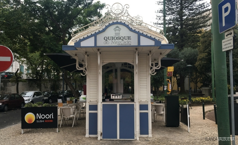 A kiosk that sells temaki in Lisboa