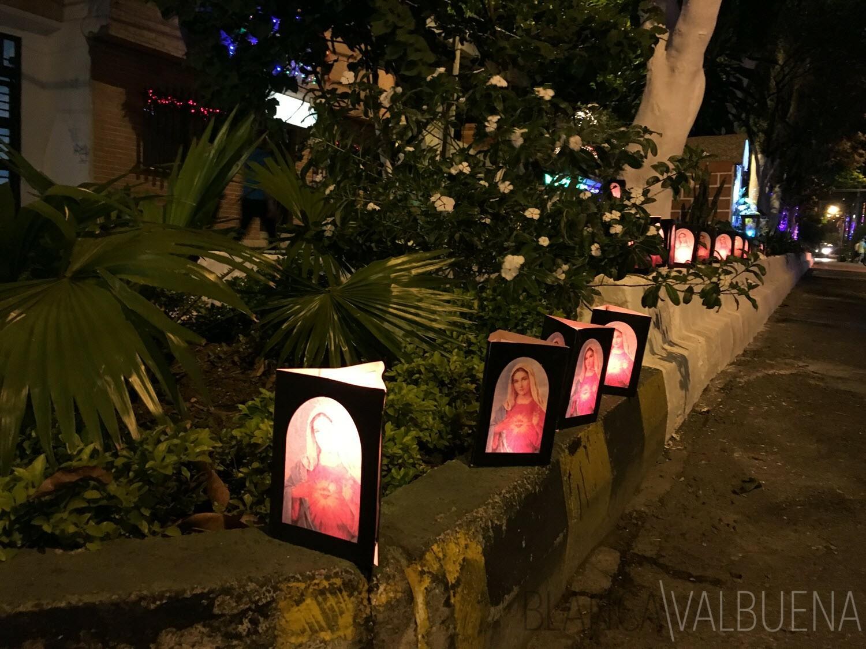 La gente en Envigado encender velas fuera de su casa en faroles de colores para celebrar el Día de las Velitas