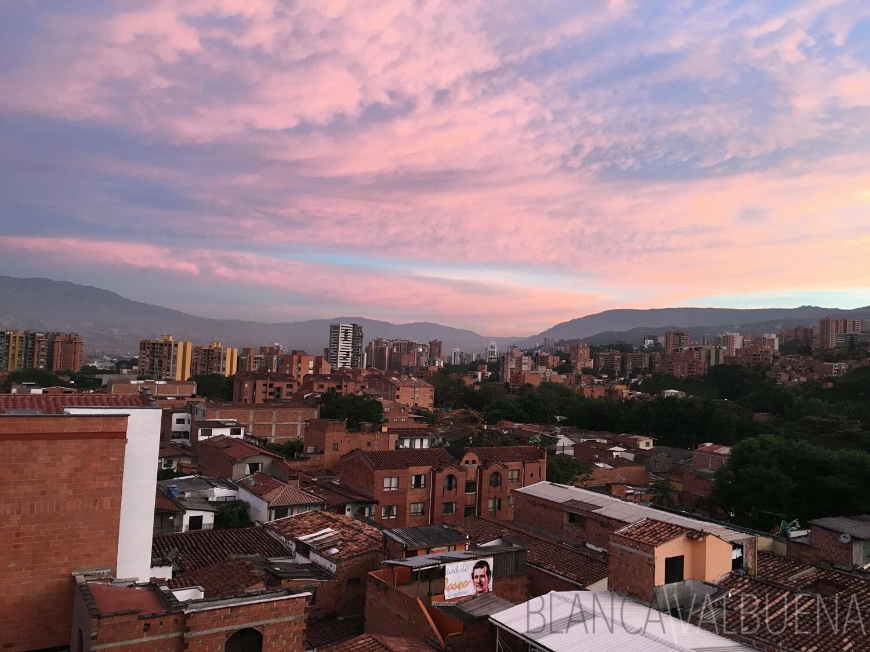 Una vista de la salida del sol sobre las montañas de Medellín
