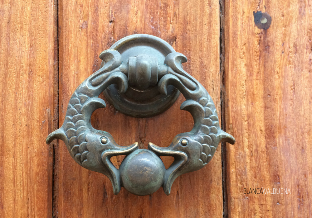 Door knocker in Cartagena with double fish design