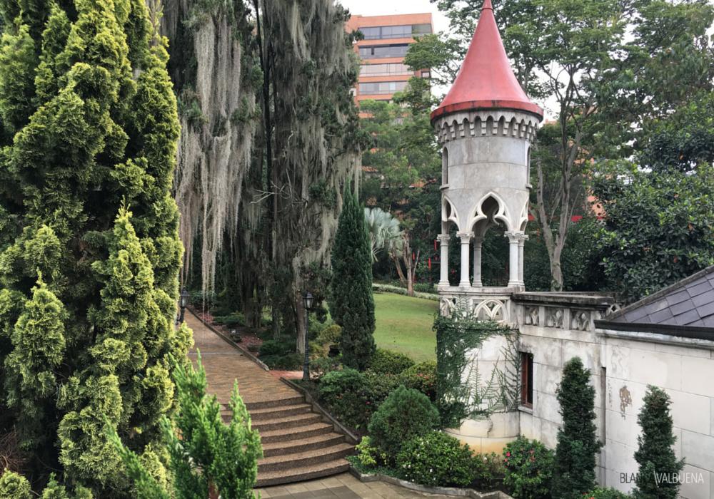 Castelo de Medellin tem elementos arquitetônicos que lembram castelos na França