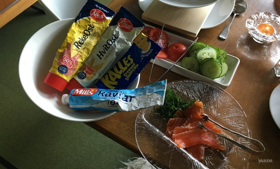 挪威的早餐包括面包,鱼蔓延