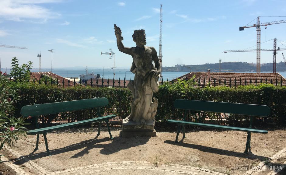 Un museo a Lisbona con un giardino e una vista