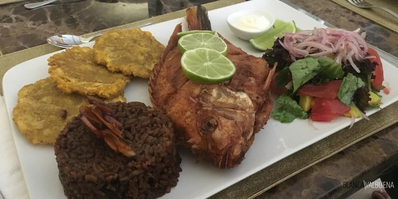 peixe frito é popular em Cartagena Colômbia