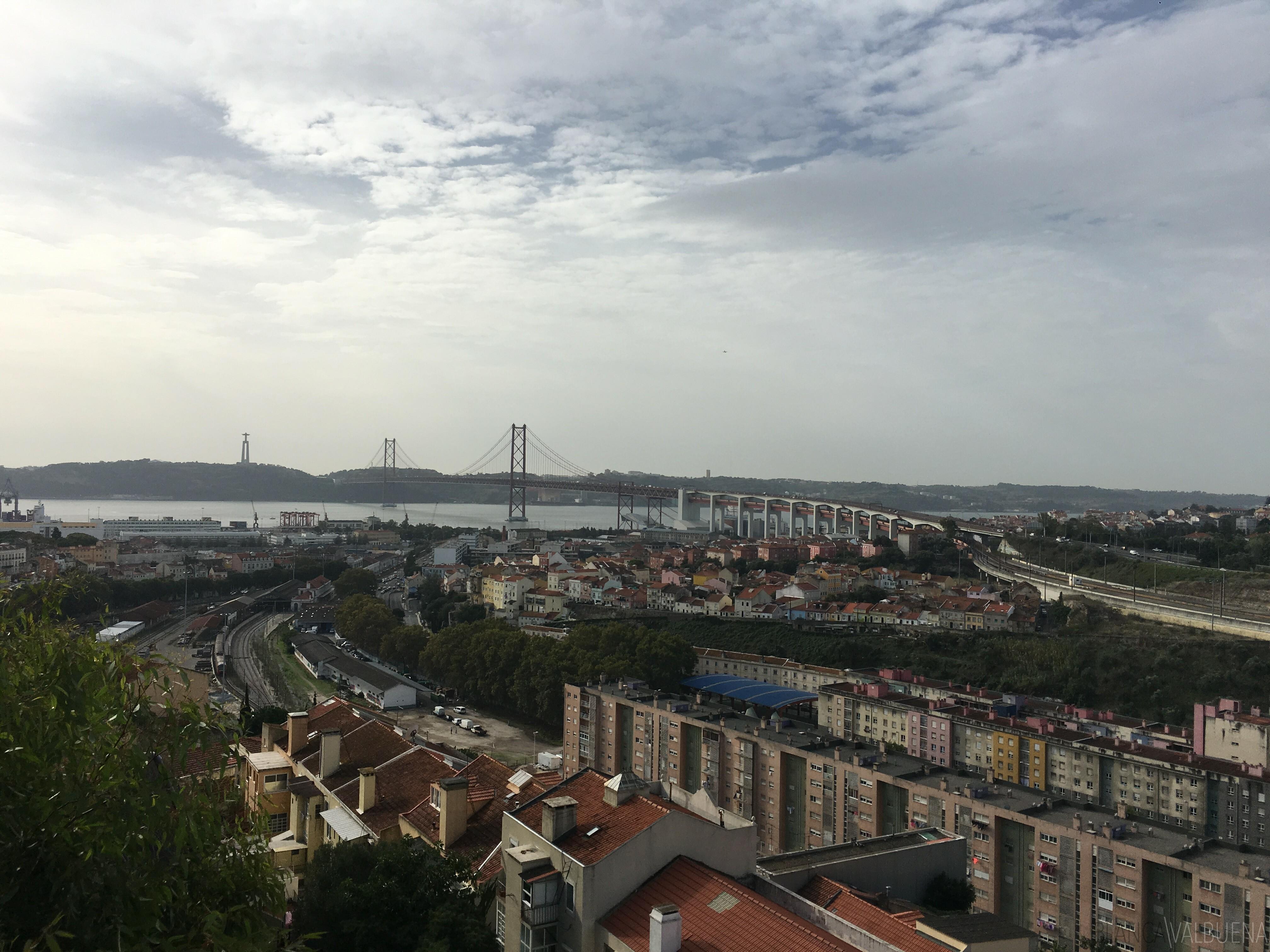 Cemitério dos Prazeres tem uma excelente vista de abril 25 Bridge