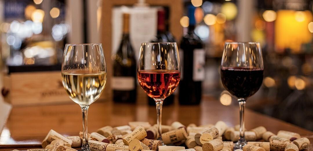 Uno de los mejores bares de vinos en Lisboa es en el Mercado de Campo de Ourique