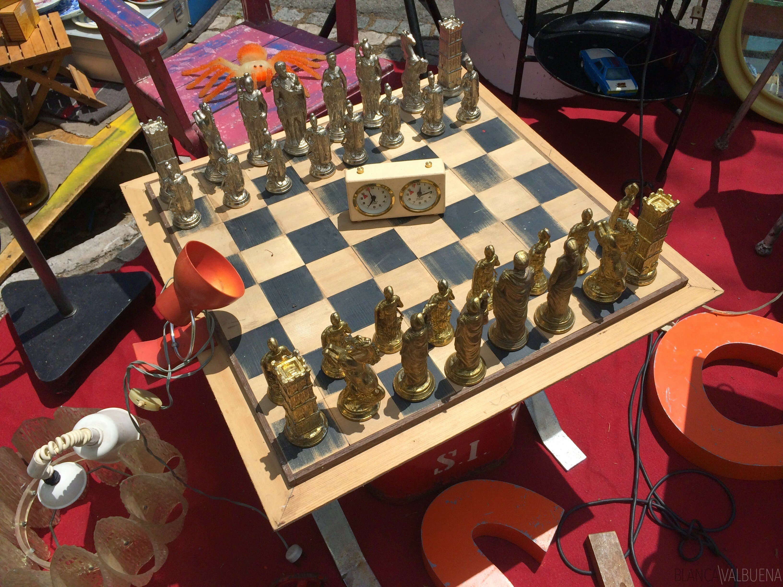 Find chess sets at the flea market in the alfama